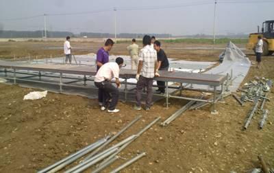由于活动的前2天,北京刚刚下过一场大雨。场地不平整,有得地方踩一脚,就能陷下去。使得搭建工作较为艰难,延迟了搭建时间。我们从28凌晨4点开始进场,一直到29日凌晨将整个会场布置完毕。