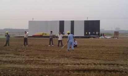 本次活动中主背景板尺寸为30米*6米 。工人师傅们正在立背景板